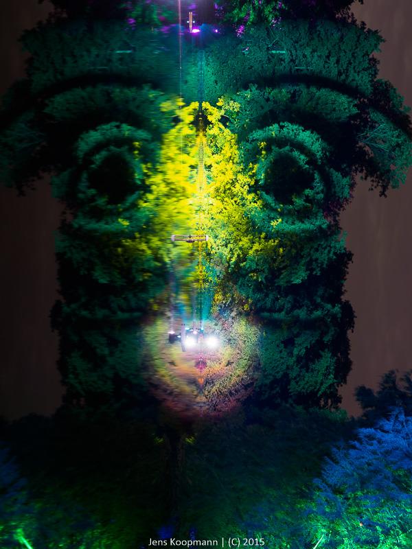 Spiegelung, Spiegelung auf dem See – ist es ein Gesicht, was ich da seh? | Stichwörter: Gesicht, Illuminale, Lichtinstallation, Nacht, Trier | Kategorien: Deutschland, Kreatives, Landschaftsfotografie, Portfolio