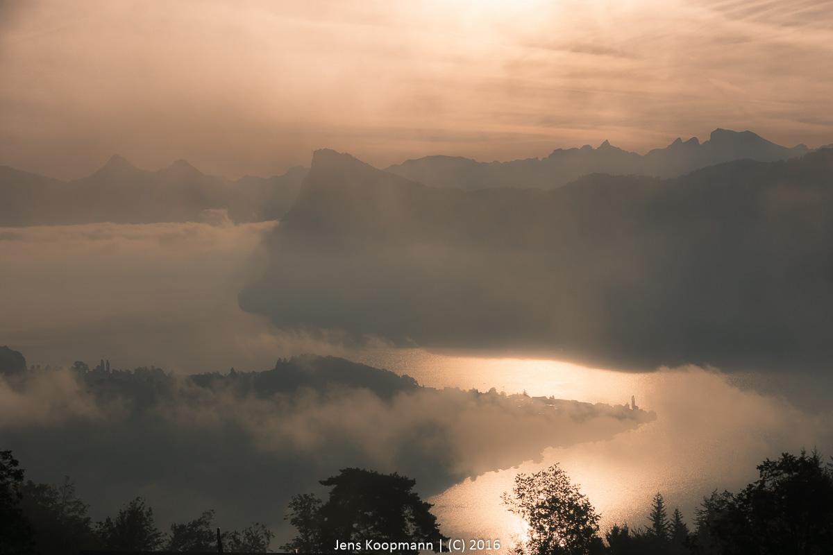 Morgenstimmung über dem Vierwaldstättersee | Stichwörter: Luzern, Nebel, Schweiz, Sonnenaufgang, Vierwaldstättersee | Kategorien: Europa, Landschaftsfotografie, Portfolio