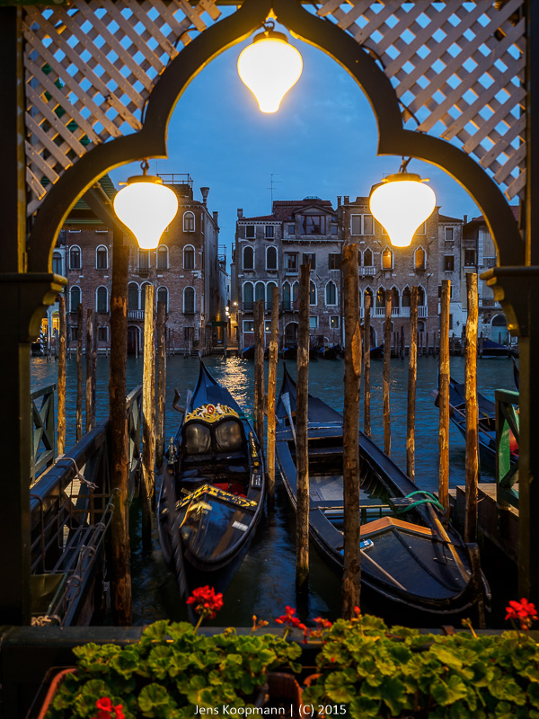 Postkartenromantik am Canale Grande   Stichwörter: Blaue Stunde, Canale Grande, Gondel, Italien, Traghetti, Traghetto, Venedig   Kategorien: Portfolio, Street Photography