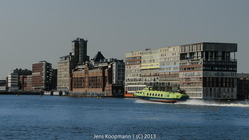 Architekturfotografie Lissabon Modern: Auf Schneller Fahrt Im Hafen Von Amsterdam (Silodam